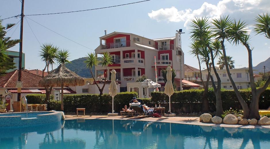 Valena Studios, Nidri 1 - <p>Kuvassa etualalla oleva viereisen hotellin uima-allas on käytettävissä maksutta, altaan takana Valena Studios.</p>